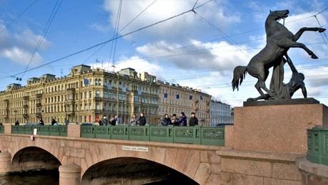 Domadores y caballos en el Puente Anichkov de la Avenida Nevskii