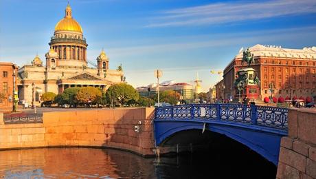 Puente Azul y otros puentes de colores en San Petersburgo